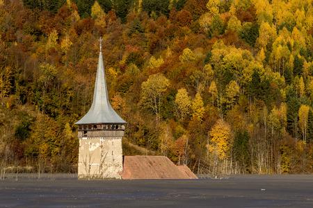 Alte �berflutet Kirche in einem Schlamm See - Naturkatastrophe Lizenzfreie Bilder