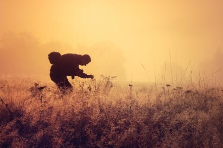 朝の霧の景観構成要素配置の孤独な人 写真素材