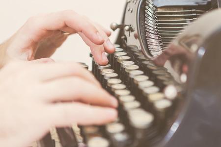 H�nde schreiben auf alte Schreibmaschine
