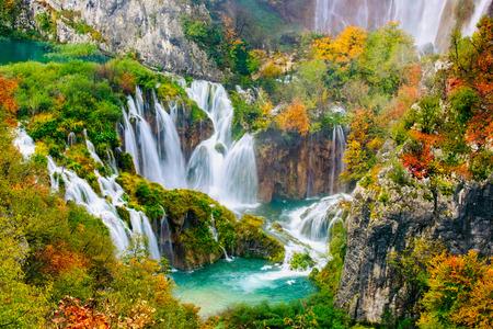 Gedetailleerde weergave van de prachtige watervallen in de zon in Plitvice National Park, Kroatië Stockfoto