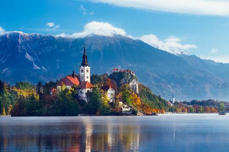 작은 섬에 가정의 세인트 성모 교회와 블 레드 줄리안 Alpsa 호수의 놀라운보기; 블 레드, 슬로베니아, 유럽. 스톡 콘텐츠