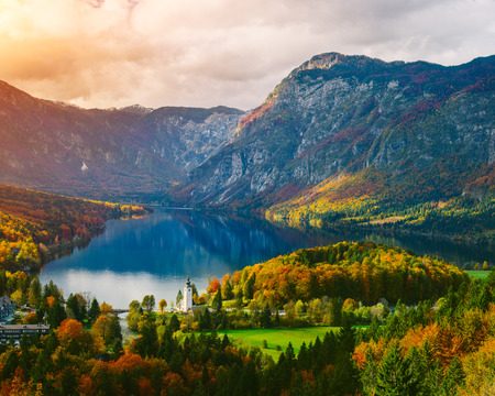 Adembenemend uitzicht op de beroemde Bohinj meer van bovenaf. Mooi uitzicht ot de Triglav bergen, Triglav nationaal park, en de kerk van Johannes de Doper, .Slovenia, Europa Stockfoto