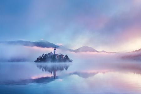 화려한 조명과 색상. 백그라운드에서 알프스 산맥입니다. 슬로베니아, 유럽 Blejsko의 호수