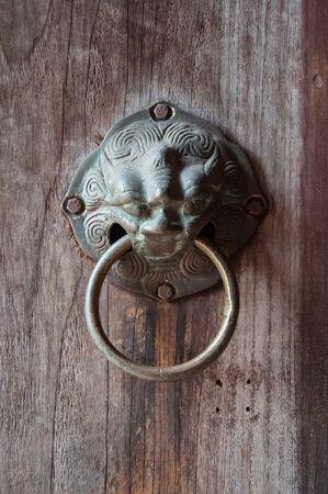 tocar la puerta: La antigua puerta de golpe Foto de archivo