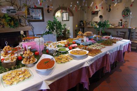 carnes y verduras: Juego de mesa de buffet con productos típicos de la Toscana