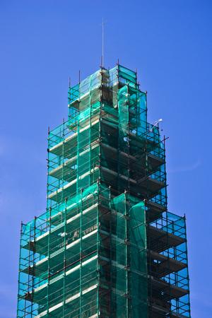 andamiaje de tubos de hierro y la red verde utilizado para la restauración de edificios y registros antiguos