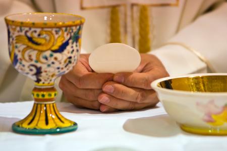 Brot wird den Leib Christi in den Händen des Papstes, heiliger Vater