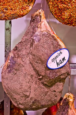 jamones: jamones españoles colgando justo fuera del período del condimento tradicional con especias, sal, pimienta y la pimienta caliente y listo para la venta Foto de archivo
