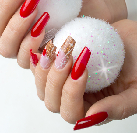 nails decorated with red, Christmas decorations and golden hues to celebrate your fantastic Christmas and New Year's party Imagens