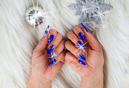Uñas Decoradas Con Color Azul Y Las Estrellas Brillantes Para Celebrar La Navidad Y El último Del Año