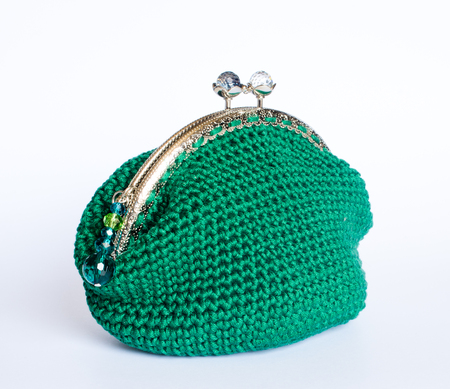 Handmade crochet purse according to the ancient tradition with cotton yarn of green color to contain specks and your precious things. Imagens