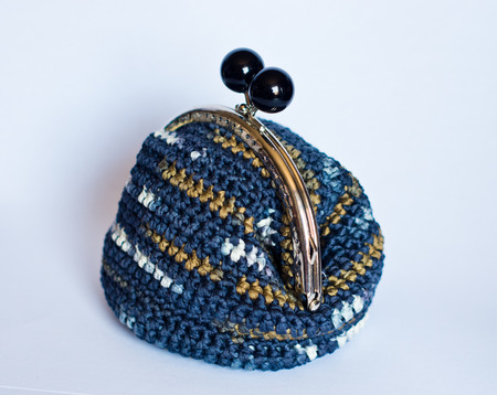Handmade crochet purse according to the ancient tradition with cotton yarn of  blue melange color to contain specks and your precious things. Imagens