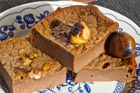 ナッツ、松の実、ヘーゼル ナッツ、アーモンド、ローズマリー、ジュースの良いガラスで甘い栗のケーキのスライス