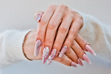 nails with pink decorations to celebrate Christmas and New Year's party Archivio Fotografico