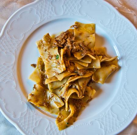 pastagerecht gegarneerd met hete en stomende saus
