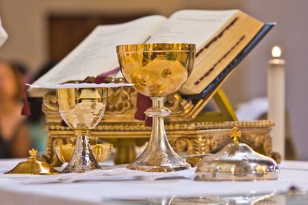 na ołtarzu cyborium i mszy kielichowej zawierają wino i hostie, krew i ciało Chrystusa