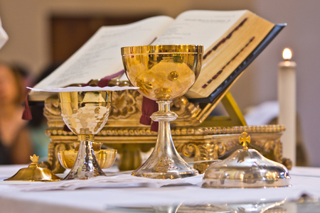 on the altar of the pyx and chalice mass they contain wine and hosts, blood and body of Christ Foto de archivo - 96161125