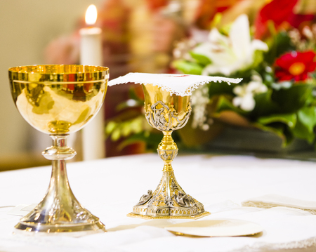goblet with wine, blood of christ, and pyx with host, body of christ, ready on the altar of holy mass Zdjęcie Seryjne - 120092581