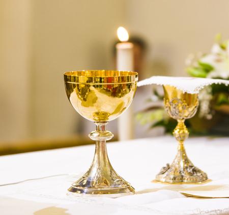 cáliz con vino, sangre de cristo y píxel con hostia, cuerpo de cristo, listo en el altar de la santa misa Foto de archivo