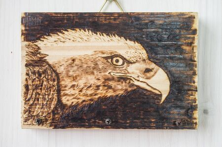 the ancient art of pyrography, wood and fire, the white-headed eagle's eye, hang keys and objects Archivio Fotografico