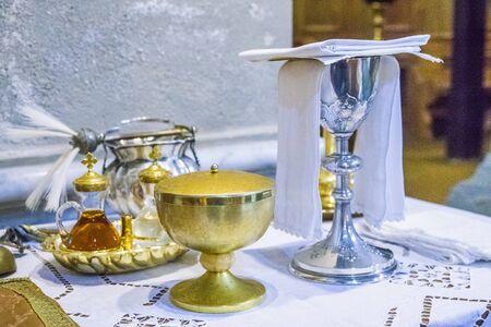 calice pour le vin, le sang du christ et le ciboire avec hostie, corps du christ, et ampoules de vin et d'eau pour la consécration sur les autres des églises pour le pape francesco