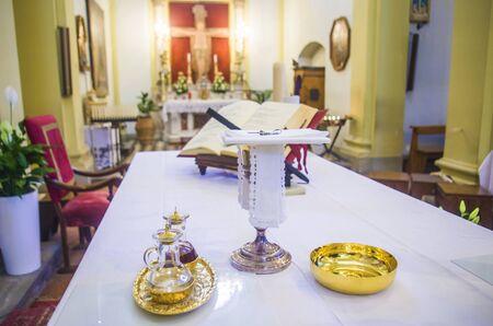 calice pour le vin, le sang du christ et le ciboire avec hostie, corps du christ, et ampoules de vin et d'eau pour la consécration sur les autres des églises pour le pape francesco Banque d'images