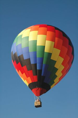 Hot air balloon soaring in the blue summer sky Imagens