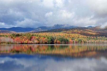 hampshire: Follaje vivo en el lago Chocorua, en Nuevo Hampshire Foto de archivo