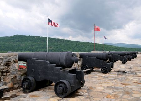 A row of cannons at Fort Ticonderoga, New York, taken in June 2010 版權商用圖片 - 7919748