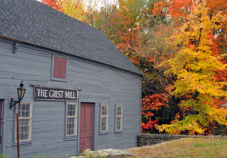 grist: Vecchio edificio mulino e fogliame brillante Townsend, Massachusetts
