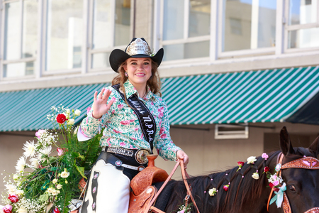 Portland, Oregon, USA - JUNE 7, 2014: 2014 Miss National Professional Rodeo Association, Kayla  Vincent in Grand floral parade through Portland downtown. 新聞圖片