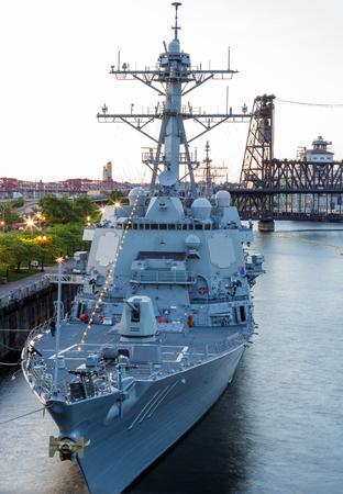 radar gun: Portland, Oregon, EE.UU. - 07 de junio 2014 del misil teledirigido destructor USS Spruance DDG 111 participa en la 105 � Festival de las Rosas de Portland en Portland, Oregon