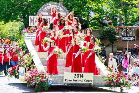 ポートランド、オレゴン州、アメリカ合衆国 - 6 月 7、2014年: 2014年ローズ フェスティバル コート ポートランドのダウンタウンを介してグランド花パ