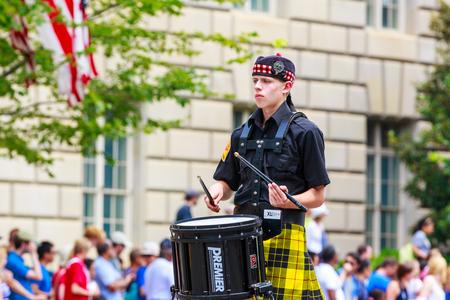 highlander: Washinton, DC, EE.UU. - 04 de julio 2015: Virginia Occidental Highlander banda de Davis & Elkins College en la Independencia Nacional anual desfile del d�a de 2015.