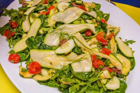 白い皿にキュウリとミニトマト、グリーン サラダ