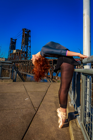 en pointe: Young female ballet dancer practices at waterfront, Portland downtown. Stock Photo
