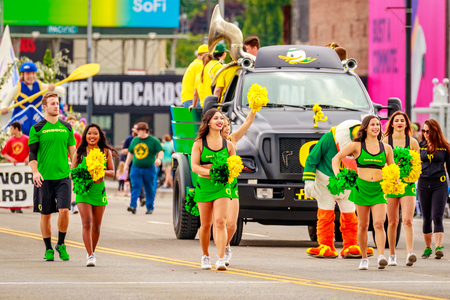 pep: Portland, Oregon, USA - June 11, 2016: University of Oregon Duck Truck, Pep Band, Cheerleaders and Duck in the Grand Floral Parade during Portland Rose Festival 2016.