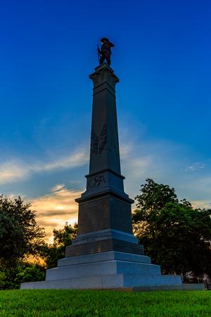 Austin, Texas, USA - 5 juni 2016: Hood's Brigade van Texas beeld bekeken in de vroege ochtend, een bronzen figuur van een Confederate soldaat staat bovenaan een grijs graniet as met de hand gesneden quotes door Verbonden leiders. Redactioneel