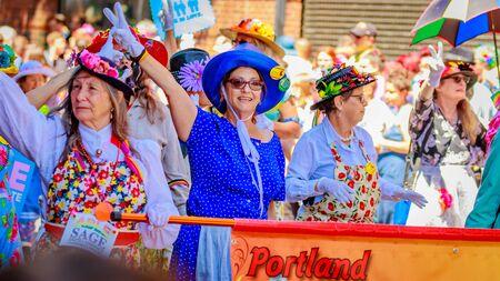 """포틀랜드, 오레곤, 미국 - 2016 년 6 월 19 일 : 프라이드 노스 웨스트의 포틀랜드 프라이드 퍼레이드는 """"프라이드가 당신과 함께 시작합니다!""""라는"""