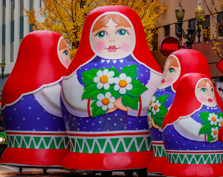 Portland, Oregon, USA - 25 november 2016: Giant Matryoshka pop float marsen in de jaarlijkse Mijn Macy's Holiday Parade over Portland Downtown.