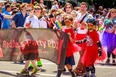 Portland, Oregon, USA - 16 de junio de 2019: Grupo diversificado de personas en el Desfile del Orgullo Gay de Portland 2019
