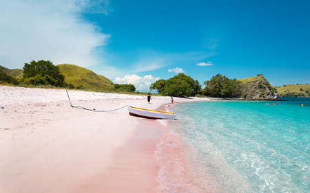 A Boat on Pink Beach with Turquoise Clear Water in Komodo Island, Indonesia 免版税图像