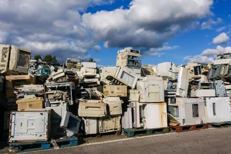 現代の電子廃棄物リサイクルや安全な処分、ロゴ、ブランド名は削除されました。リサイクルと環境テーマに最適です。