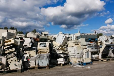 Moderne elektronische Abfälle zur Verwertung oder sicheren Entsorgung, alle Logos und Markennamen sind entfernt worden. Ideal für Recycling-und Umweltthemen. Standard-Bild