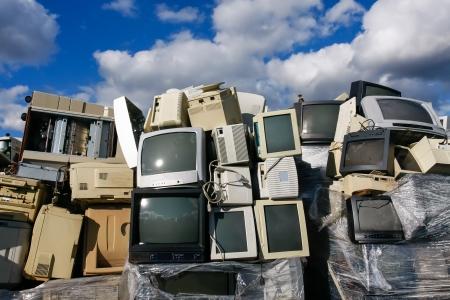 Weggeworfene CRTs Computer-Monitore, TVs und alte Drucker zum Recycling oder zur sicheren Entsorgung Recycling, alle Logos und Markennamen entfernt worden sind. Groß für Recycling und Umweltthemen. Standard-Bild