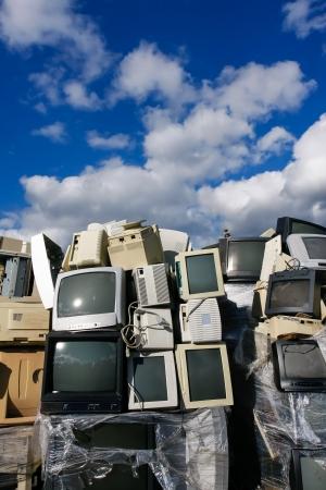 Junked CRT bilgisayar monitörleri, televizyonlar ve geri dönüşüm veya güvenli bir şekilde imha geri dönüşüm için eski yazıcılar, herhangi bir logo ve marka isimleri kaldırıldı. Recycle ve çevre temalar için harika.