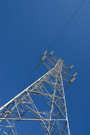 Lignes à haute tension électriques de puissance et de la tour du pylône contre le ciel. Moderne ligne d'énergie industrielle.
