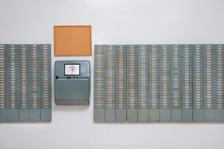 Vintage werktijdverkorting ponsen kaart muur, uit de jaren '60 en '70 Stockfoto