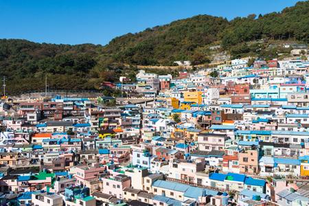 푸른 산과 맑은 푸른 하늘을 배경으로하는 부산의 감천 문화 마을, 화려하고 아름다운 마을. 스톡 콘텐츠