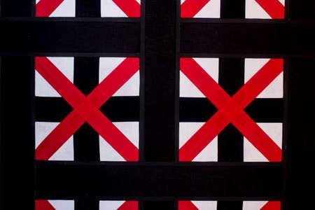 cruz roja: cruz roja, decoración de estilo moderno de tela en la pared en la sala del vestíbulo